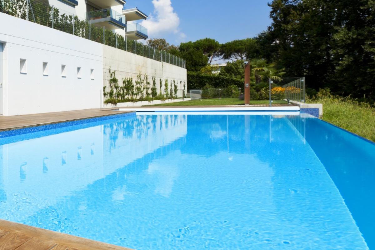 groot zwembad in het groen zonder zwembadafdekking