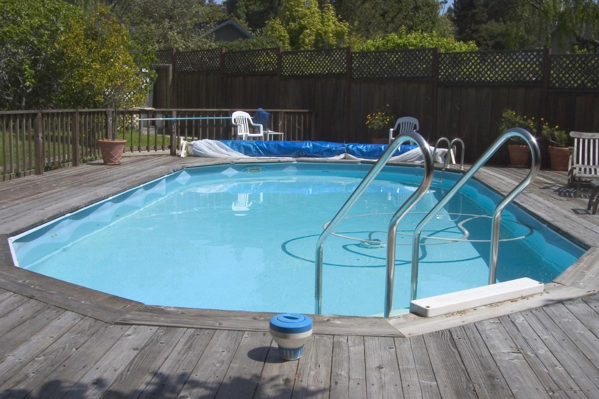 Houten zwembad met verhoogd terras